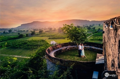A picturesque pre-wedding sshoot of the couple at the Neemrana Fort.