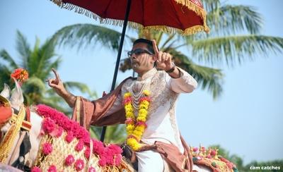 groom entering the wedding ceremony on ghodi