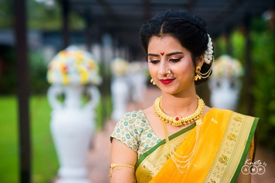 Trupti posing for a candid wedding photography session in her wedding gold jewellery