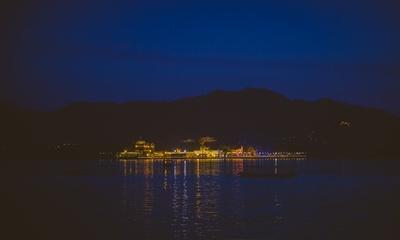 Panoramic view of the elegantly lit Jagmandir, Udaipur