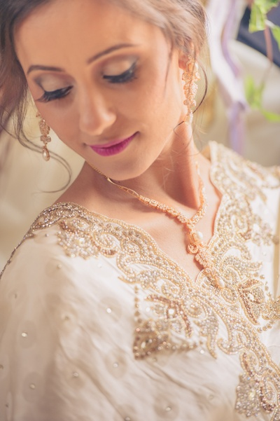 The bride wears delicate pearl and diamond jewellery with ivory and cream saree!