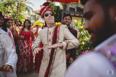 Cool groom entry at his mandap ! This is one happy baraat