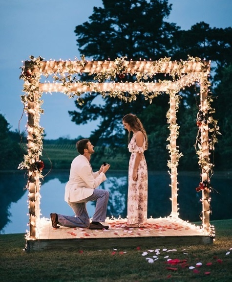 20 Beautiful Proposals In The Most Offbeat Places Around