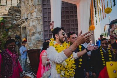 The happy groom dances his way into the haldi function!