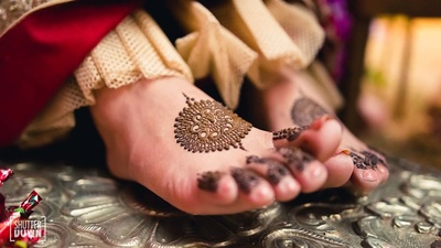 Minimal henna designs for the bride's feet