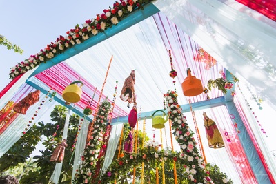Teapots, rajasthani dolls and tassels- Super chic and creative haldi decor idea!
