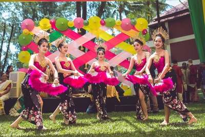 Thailand artist performing with chinese fans to entertain the wedding guests