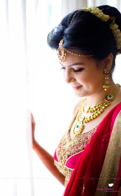 Chooses to wear minimal jewellery for her most special day
