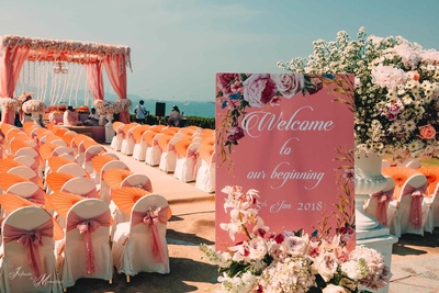Signage and mandap decor adding decor elements to this gorgeous wedding