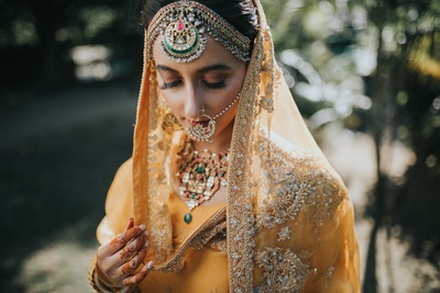 We cannot take pur eyes off this pretty bride's statement multi-coloured jewellery.