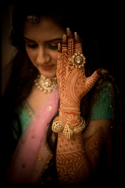 Bridal mehendi poses for candid photo