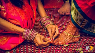 Gold anklet and toe rings and beautiful mehendi on the bride's feet