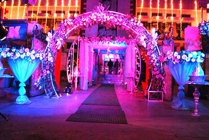 B2 party palace lawrence road industrial area delhi for 25th wedding anniversary stage decoration