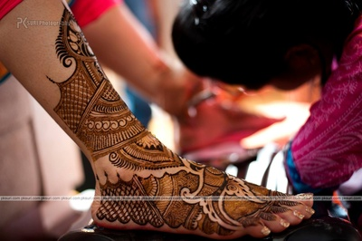 Intricately designed mehendi on the bride's feet