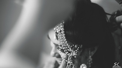 Close-up of the bride's ganthan pearl Mathapatti captured in black and white