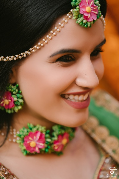 The stunning floral jewellery paired with this mesmerizing smile- the perfect combination!