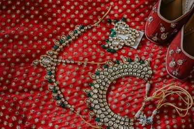 A look at Heena's bridal kundan jewellery set.