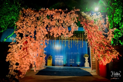 We are in love with this rustic decor at the wedding venue entrance!
