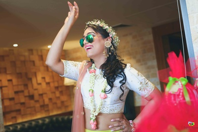 Bride in a quirky dance at her mehendi function