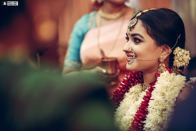 Looking dazzling in very minimal bridal makeup and jewellery.