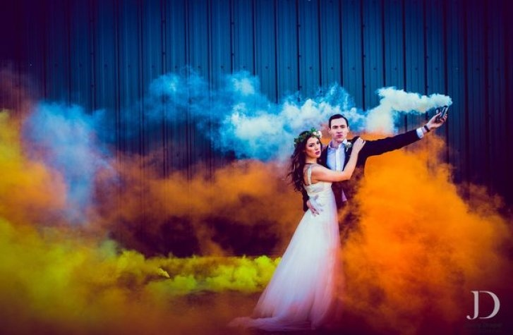 23 candid couple shots with funky colourful smoke bombs! - Blog