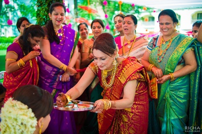 Bride's mother wearing a red dhoop chhaon saree with gold weaves