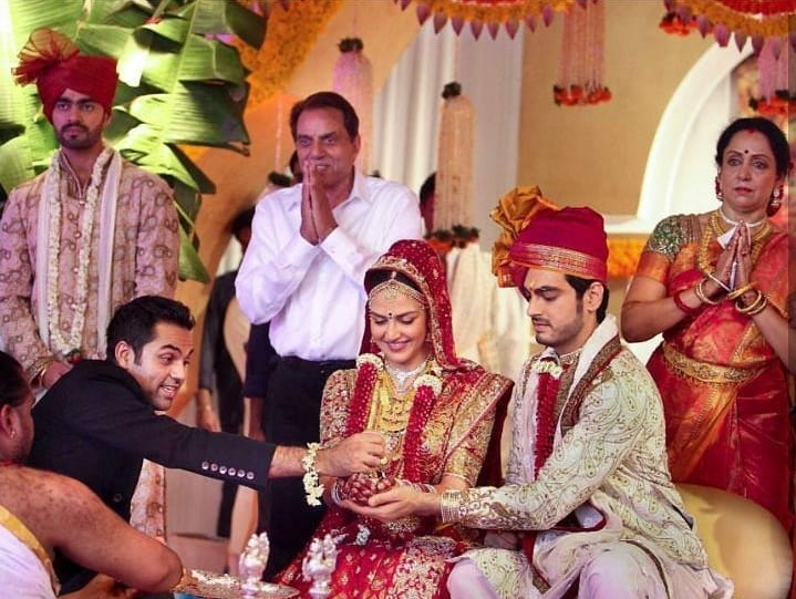 5. Abhay Deol being the perfect brother to his sister Esha Deol!