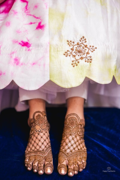 Bride shows off her intricate and beautiful foot mehendi designs
