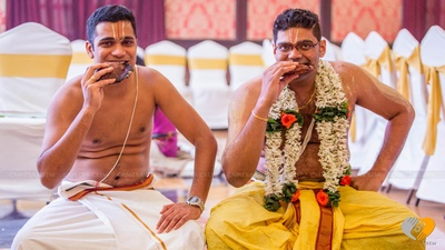 Graced in dense garland made with Rajnigandha and orange Roses