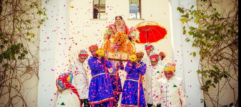 Kishan & Aarti Udaipur : Royal and Intimate wedding held at Devi Garh Palace in Udaipur with a Frontier Raas bride