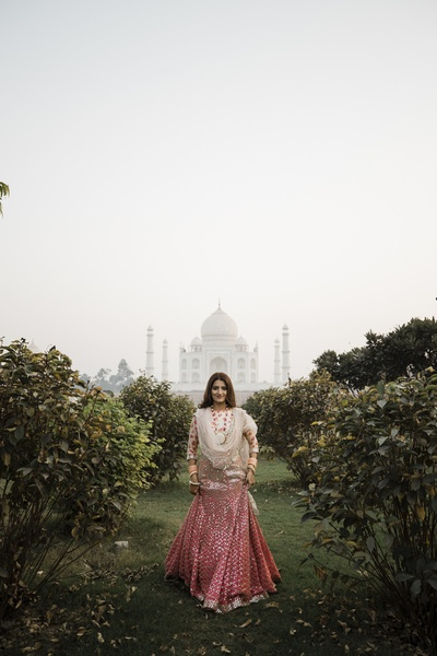 A jaw dropping and enviable click of the bride, with the majestic Taj Mahal in the background!