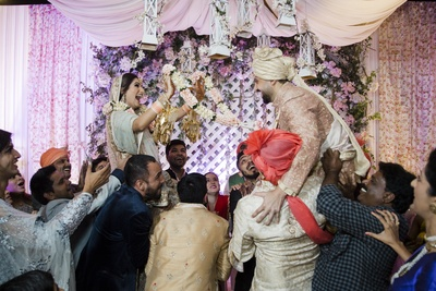 A super-fun jaimala moment at the wedding!