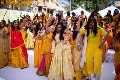 Vishakha shaking a leg with her family during the Mehendi ceremony.
