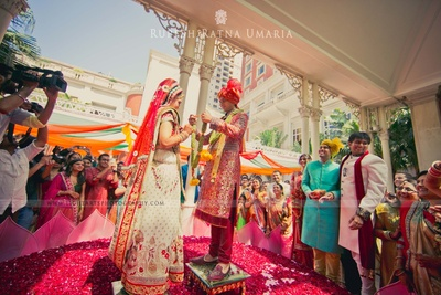 REd and white paanetar ceremony adorned with silver kamarband studded with diamonds and gemstones