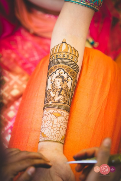 Ritika's mehendi was really pretty, featuring the bride on one hand and the groom on the other.