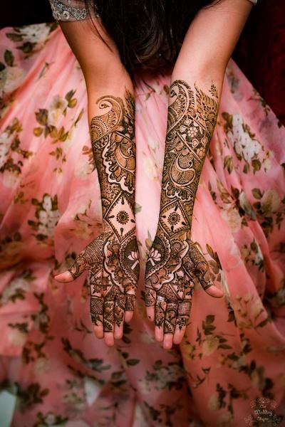 Pragya's bridal mehendi is so intricate and pretty!