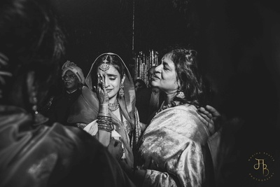 an emotional picture of the bride during the vidaai