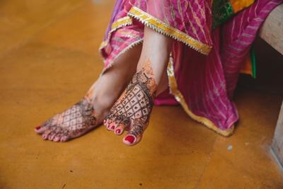 Beautiful bridal feet mehendi design.