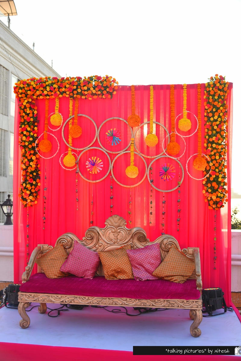 Tasteful gujrati wedding held at thackers girgaum for Dulhan bed decoration