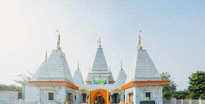 Wedding venue- Karneshwar Temple, Karnal, decorated beautifully with Gende phool.