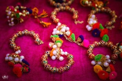 colourful bracelet decor idea