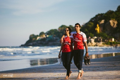 Chilled-out pre-wedding shoot by the beach with the couple flaunting jerseys!