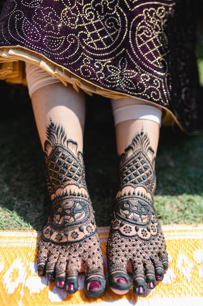 Ain's feet were adorned with a really pretty mehendi design.