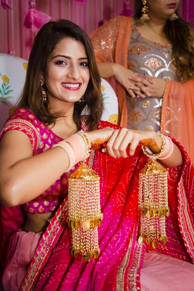 The glowing and gorgeous bride flaunts her beautiful chudha and kaleeras!