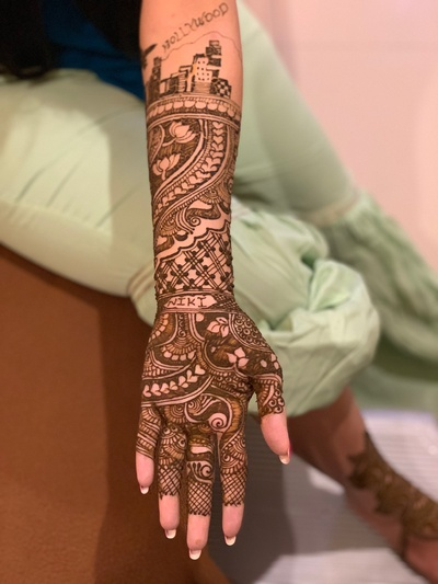 A mehendi design which is super-interesting and personalized.