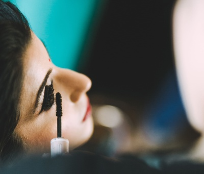 Eye makeup for the bride before the wedding ceremony
