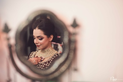 This stunning bride is slaying it in this beautiful mirror portrait!