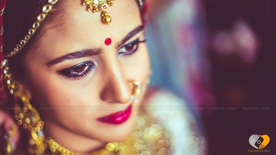 Accenting the bride's makeup, the jewellery and bindi just adds for to the beauty