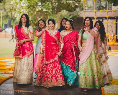 The bride posing with her girlgang