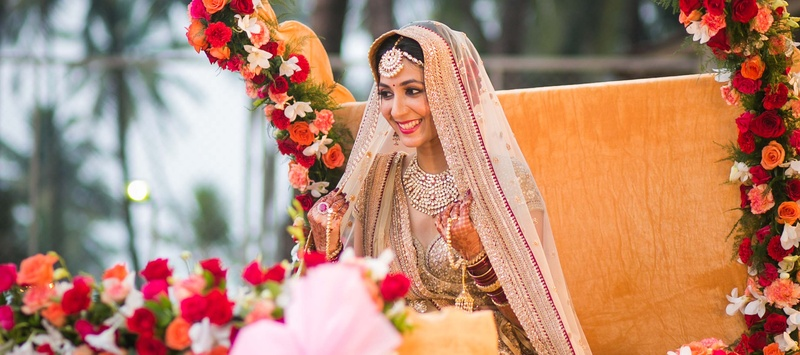 Riddhesh & Swati Mumbai : Shimmering Hindu Wedding with Resplendent Details and Gorgeous Sabyasachi Bride